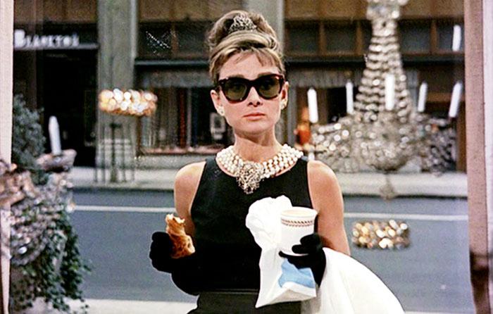 Audrey Hepburn na cena clássica em frente a Tiffany & Co