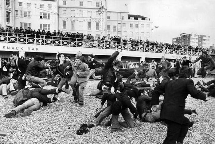 Mods e Rockers na famosa batalha de Brighton, em 1964