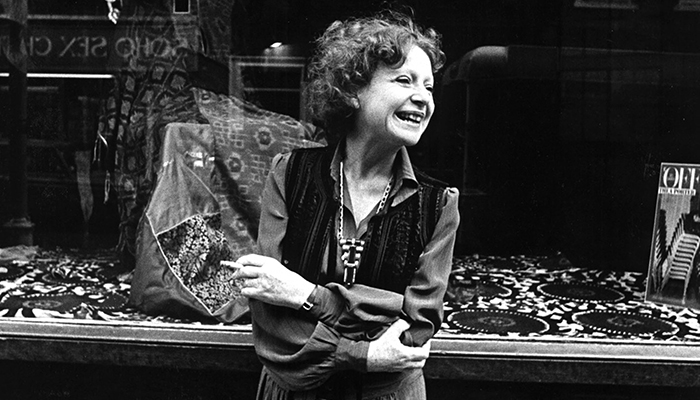 Thea Porter em frente a uma loja sua em 1977