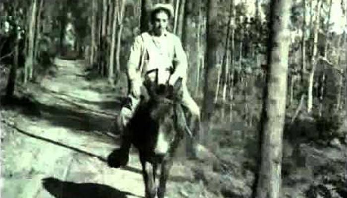 Mazzaropi como Candinho e o burro Policarpo (Foto: Reprodução)