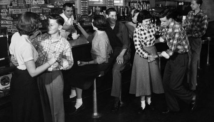 Jovens se divertindo nos anos 50
