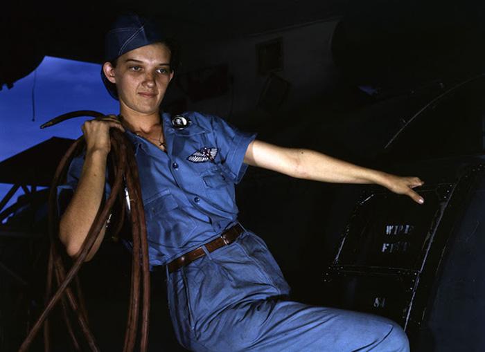Foto colorida de mulher trabalhando de macacão durante a Segunda Guerra Mundial (Foto: Reprodução)