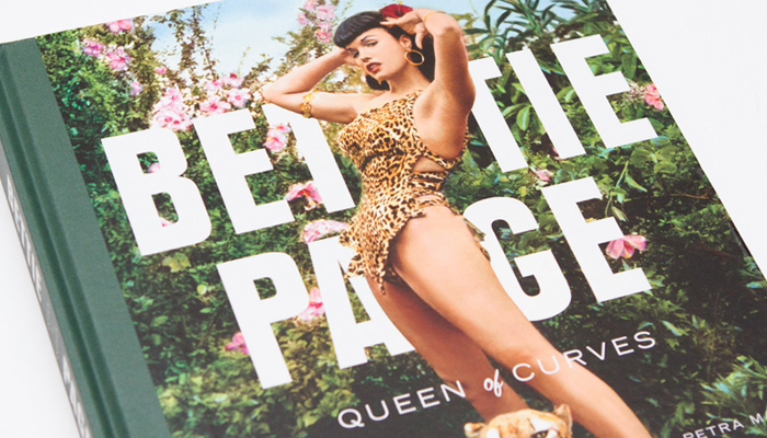 Capa do livro Bettie Page Queen of Curve