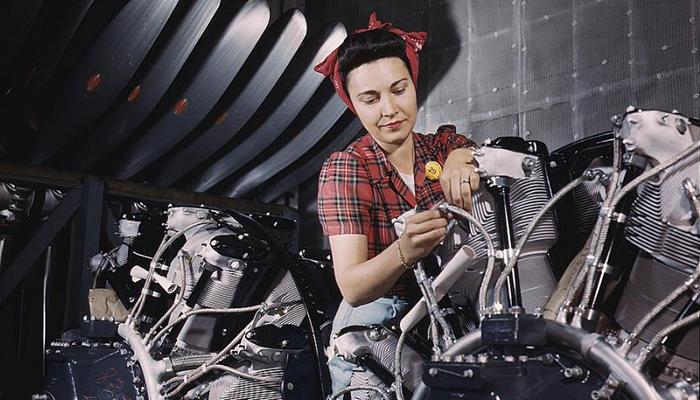 Mulher de bandana trabalhando nos anos 1940 (Foto: Reprodução)