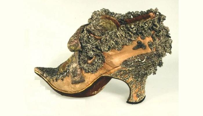 Sapato com salto e pontudo