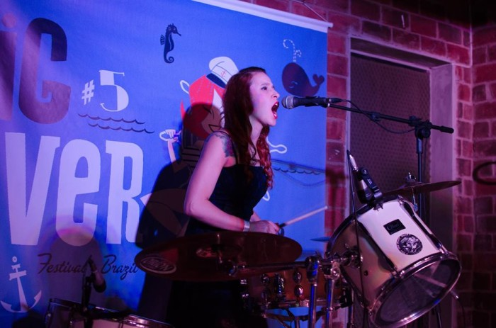 """Camila """"Pitty"""" Lacerda na bateria (Foto: Clayton Viana)"""