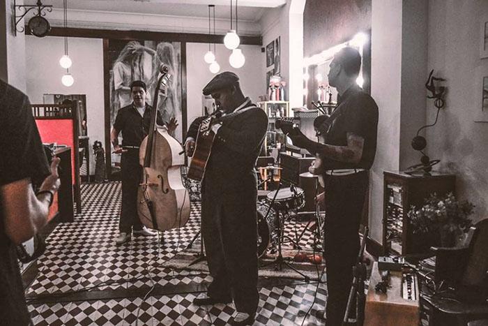 Antiga banda de rockabilly, The Bop Hounds, costumava se apresentar no Café Salão (Foto: Reprodução)