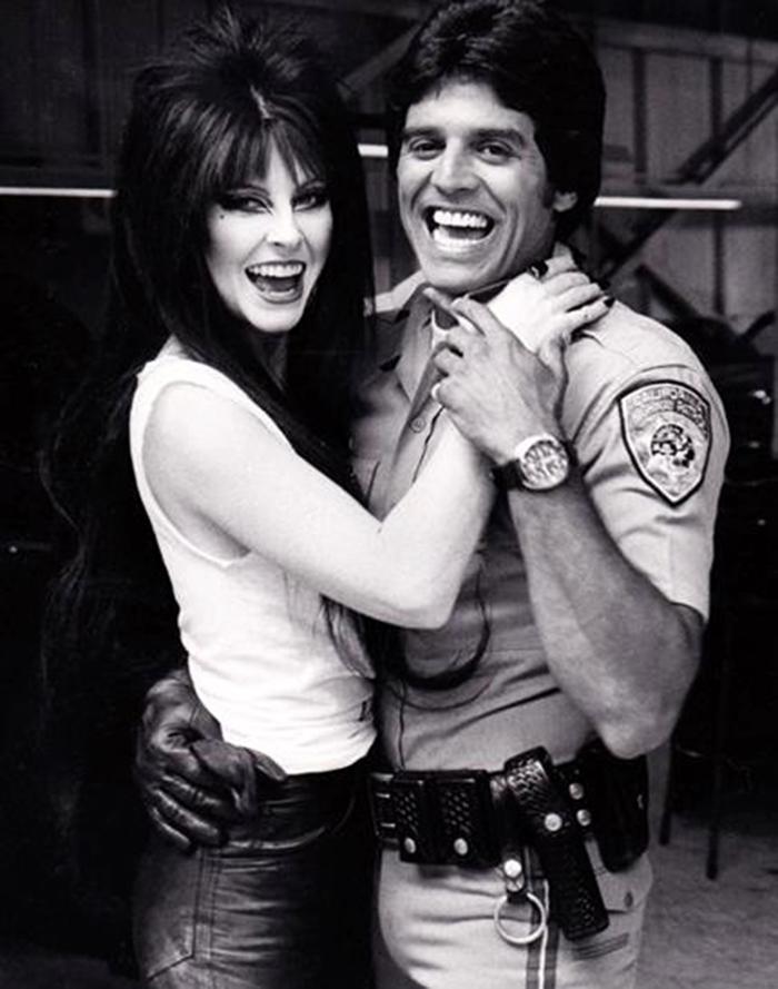 Elvira e Erik Strada nos bastidores de CHIPs. (Foto: Reprodução)