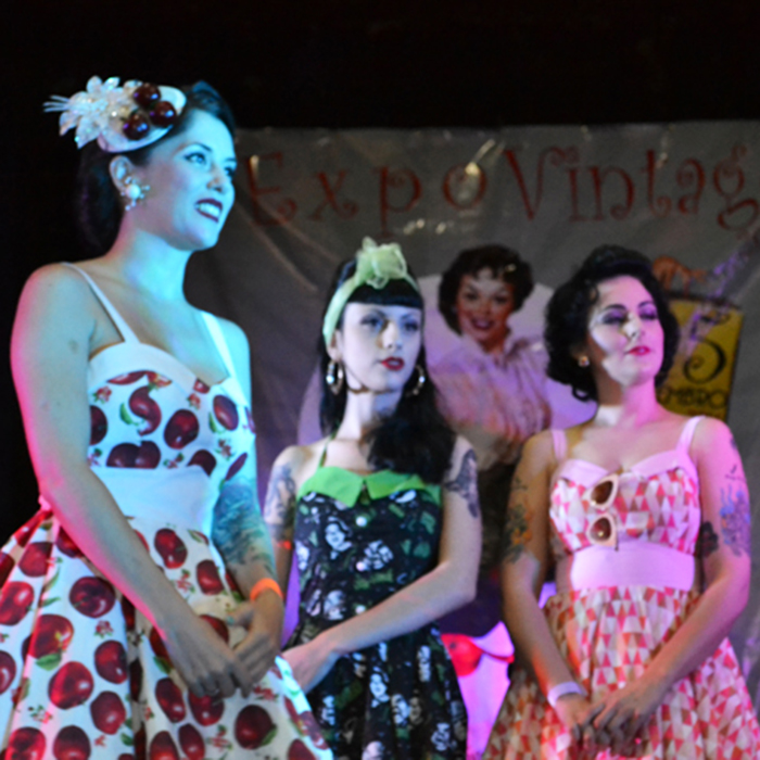 Pin-Ups no palco do evento (Foto: Rafael Sandman)