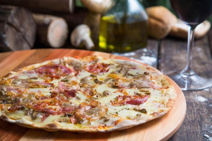 A Pizza do Marcelão, uma das novidades do menu, é preparada com pancetta, cogumelos-de-paris e mozarela (Foto: Mario Rodrigues)