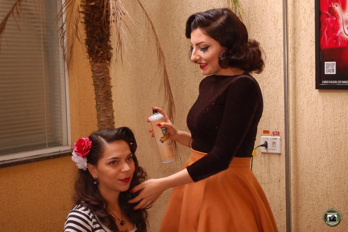 As Pin-Ups ajudando uma a outra na produção do penteado (Foto: Diorandi Nagao)
