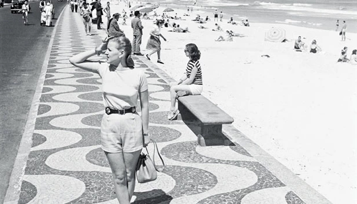 Moça na Praia de Copacabana