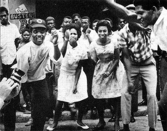 """Foto de jamaicanos curtindo Ska na Orange Street. Também conhecida como """"beat street"""", foi o berço de muitos artistas de reggae, ska e rocksteady - especialmente nos anos 1960 e 70. (Foto: Reprodução)"""