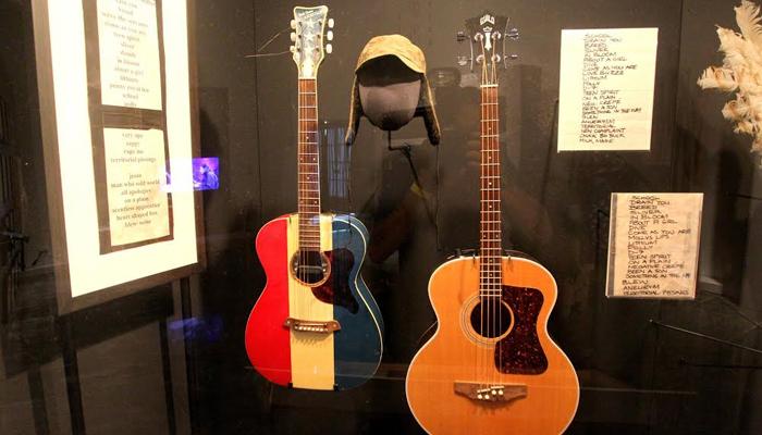 Baixolão e violão utilizados por Krist e Pat Smear do Nirvana