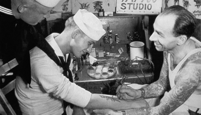 Marinheiro fazendo tatuagem