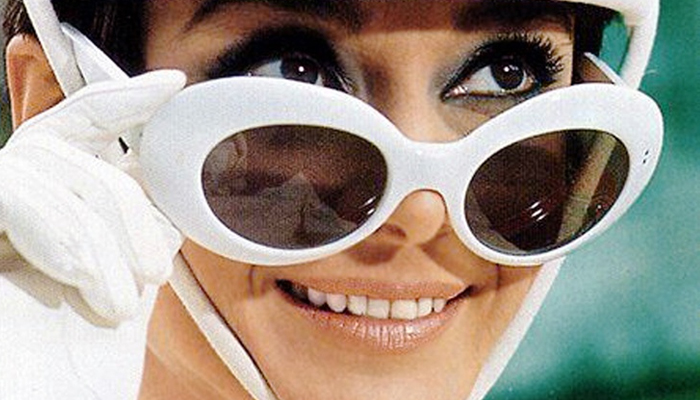 Audrey Hepburn com óculos OG