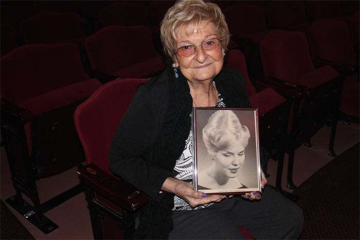Margareth com foto que saiu no jornal
