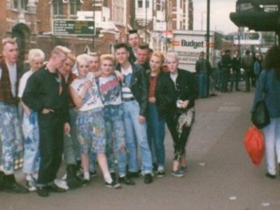 Psychobillies na entrada do Klub Foot, berço da cena psychobilly inglesa, anos 80.
