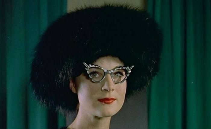 Modelo de óculos anos 50 com detalhes
