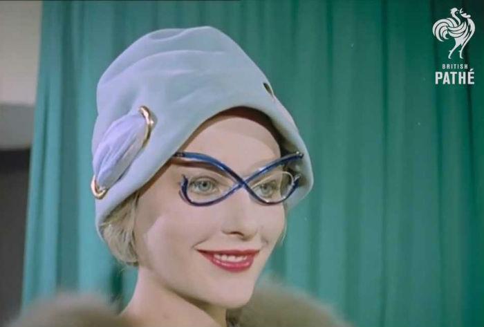 e16f10fc0b145 Como inovar com os óculos gatinho   Universo Retrô