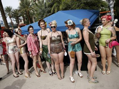 Pin-ups na festa na piscina do Viva Las Vegas
