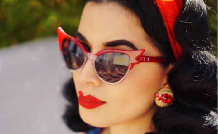 """dd7154b000310 Muito se sabe que os famosos """"óculos gatinho"""" fizeram sucesso nos anos 50.  O modelo preferido entre as garotas que são adeptas ao estilo pin-up é  conhecido ..."""