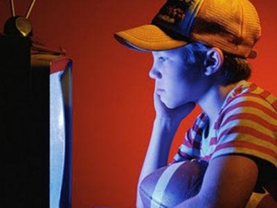 Criança assistindo TV