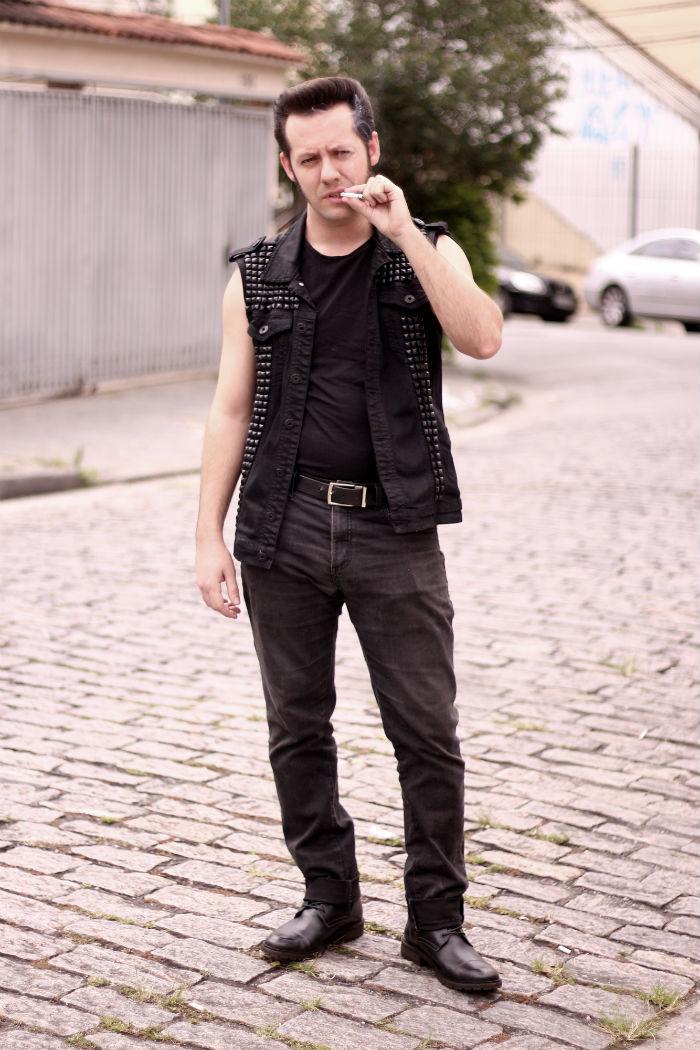Rocker fumando na rua