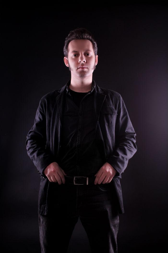 Rocker vestido todo de preto